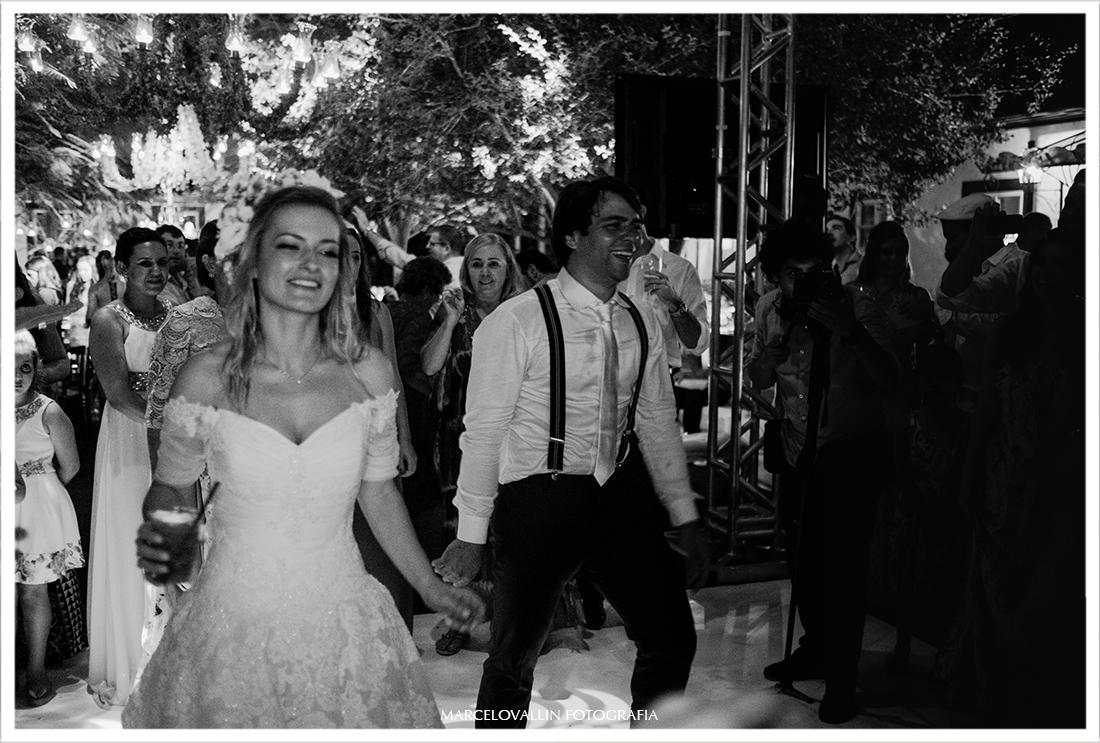 Noivos dançando em festa de casamento no campo