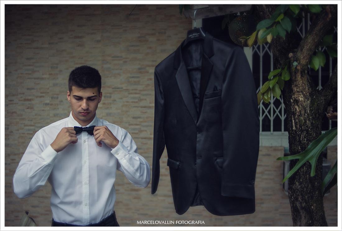 Foto do noivo se arrumando - Fotografia de Casamento Rj
