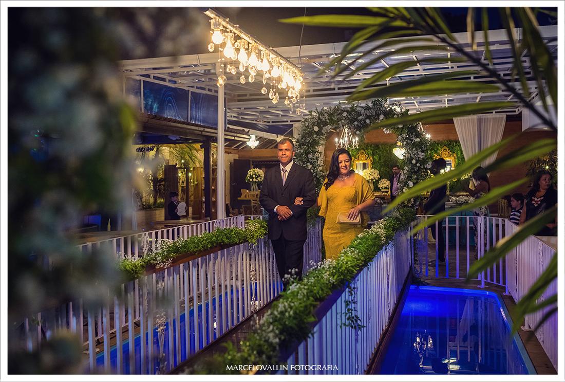 Fotografia de padrinhos entrando na cerimônia de Casamento