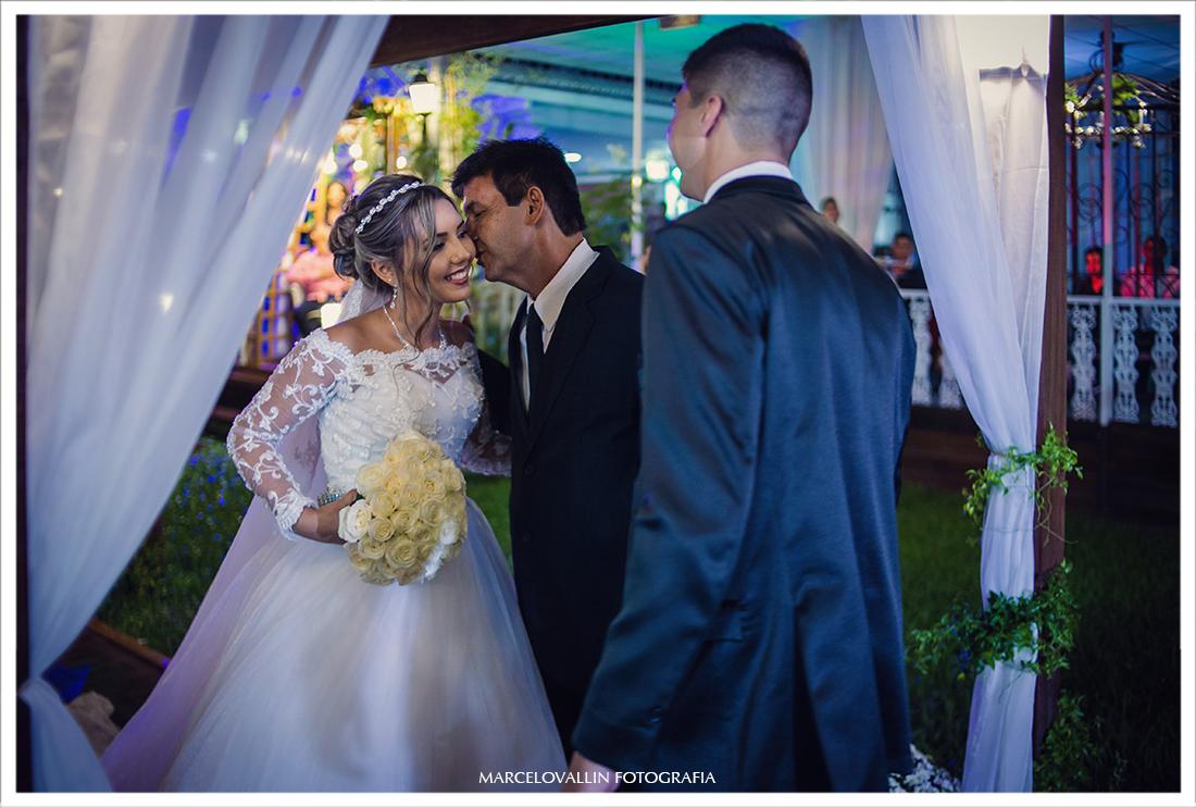 Foto dos Noivos na cerimonia de casamento Sítio do Meu Pai