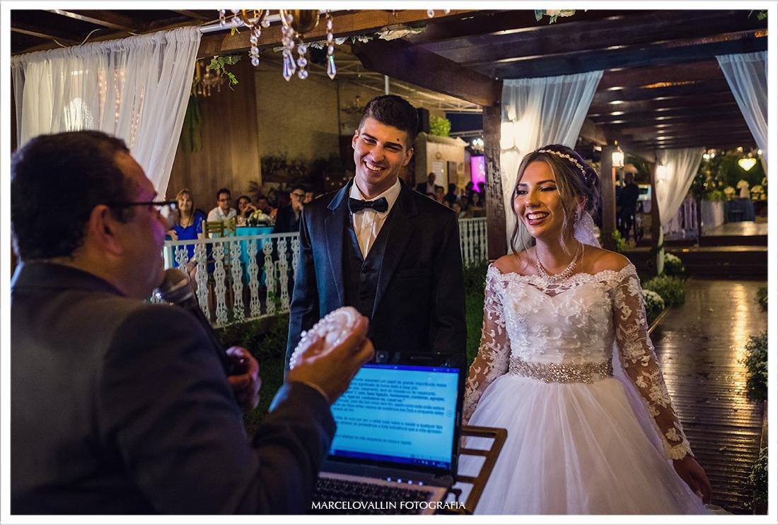 Foto dos noivos na troca de alianças