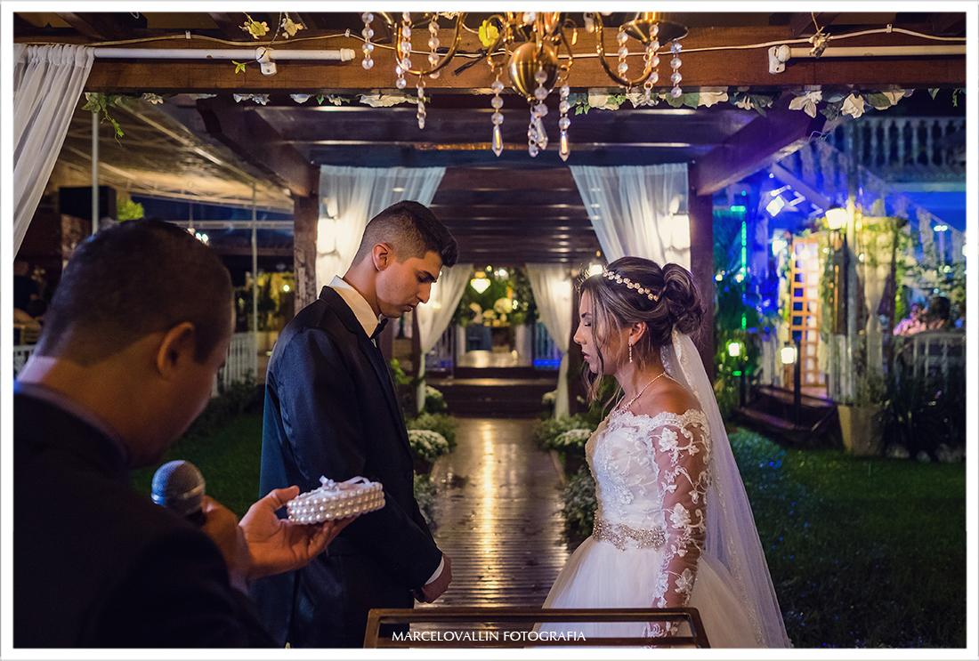 Foto dos noivos rezando