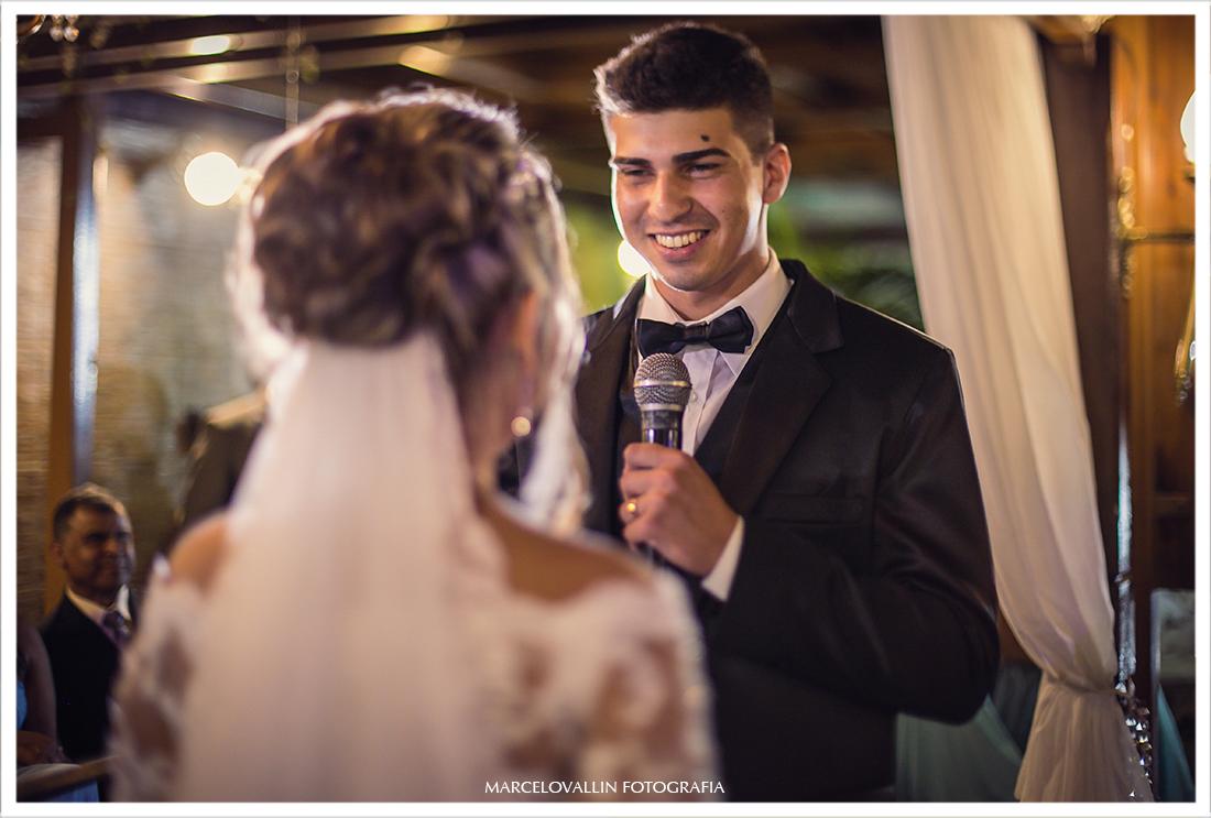 Foto do noivo fazendo votos
