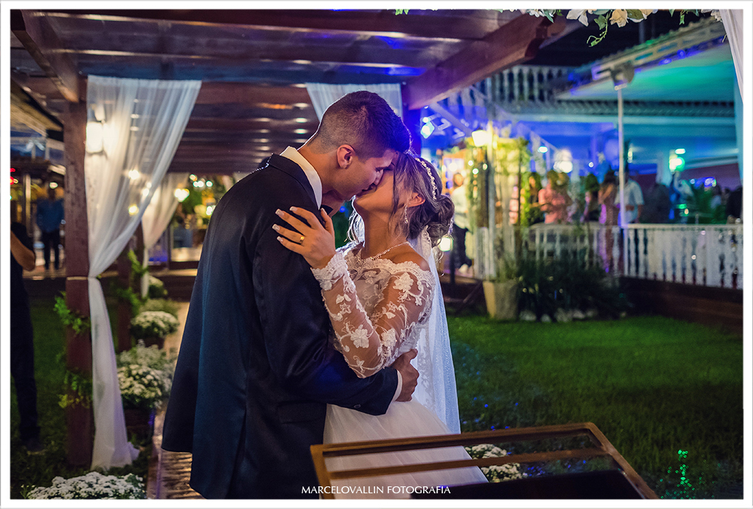 Beijo dos noivos na cerimonia de Casamento