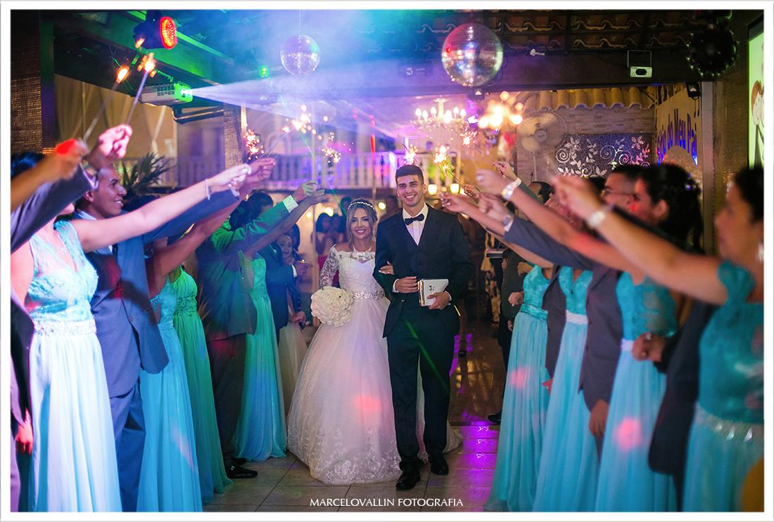 Noivos entre os padrinhos na saída da cerimonia de Casamento