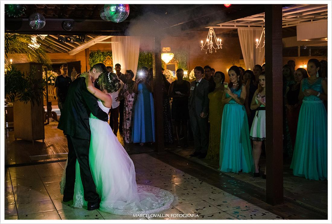 Noivos dançando em festa de casamento