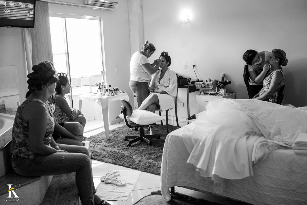 Casamento de vanuelli e Jean aconteceu em quedas do Iguaçu, paraná registrado pela fotógrafo Katy Tesser, A noiva está com a mãe e as madrinhas no making of no hotel
