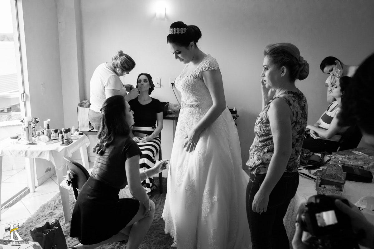 Casamento de vanuelli e Jean aconteceu em quedas do Iguaçu, paraná registrado pela fotógrafo Katy Tesser, A noiva está com a mãe e as madrinhas no making of no hotel e colocando seu vestido