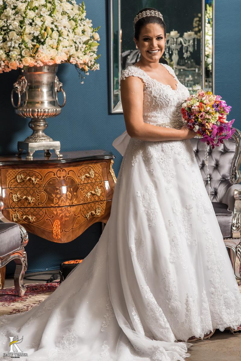 Casamento de vanuelli e Jean aconteceu em quedas do Iguaçu, paraná registrado pela fotógrafo Katy Tesser, a noiva fez sua sessão de fotos no local da recepção, usando seus brincos e buque