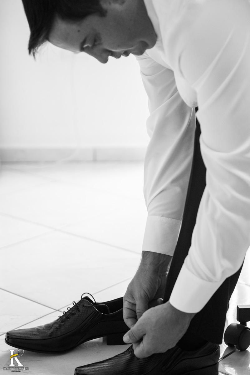 Casamento de vanuelli e Jean aconteceu em quedas do Iguaçu, paraná registrado pela fotógrafo Katy Tesser, o noivo fez seu making of no hotel, vestindo seu terno, seu sapato e sua sessão de fotos