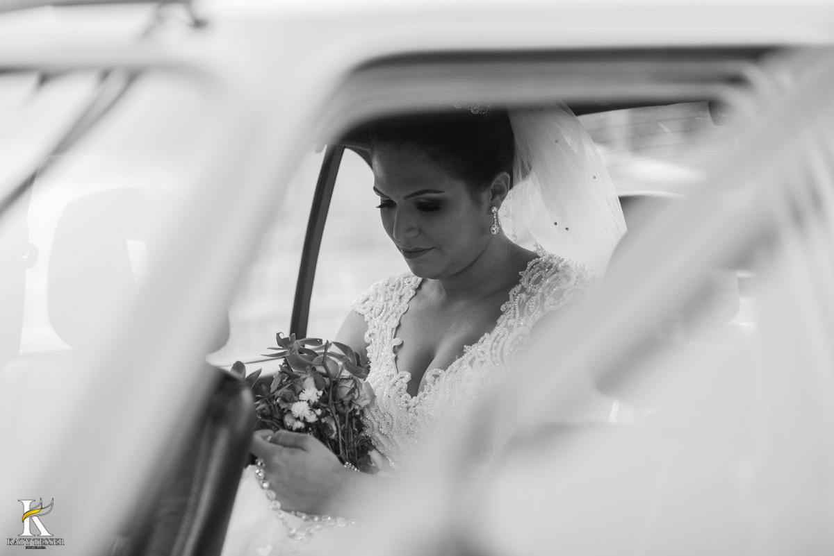 Casamento de vanuelli e Jean aconteceu em quedas do Iguaçu, paraná registrado pela fotógrafo Katy Tesser, a cerimonia aconteceu na igreja matriz, a noiva está no carro