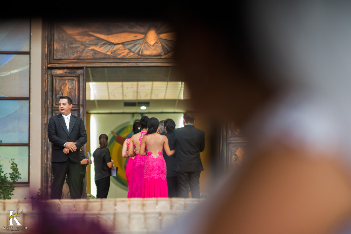 Casamento de vanuelli e Jean aconteceu em quedas do Iguaçu, paraná registrado pela fotógrafo Katy Tesser, a cerimonia aconteceu na igreja matriz, a noiva está no carro olhando o noivo