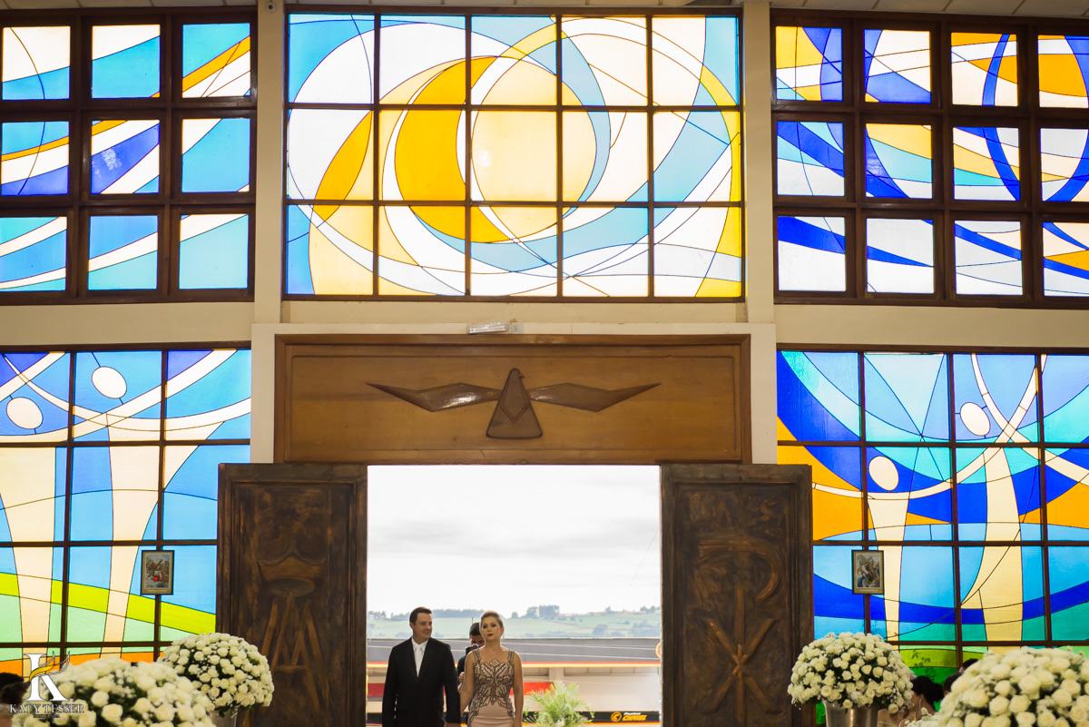 Casamento de vanuelli e Jean aconteceu em quedas do Iguaçu, paraná registrado pela fotógrafo Katy Tesser, a cerimonia aconteceu na igreja matriz, com a entrada do noivo