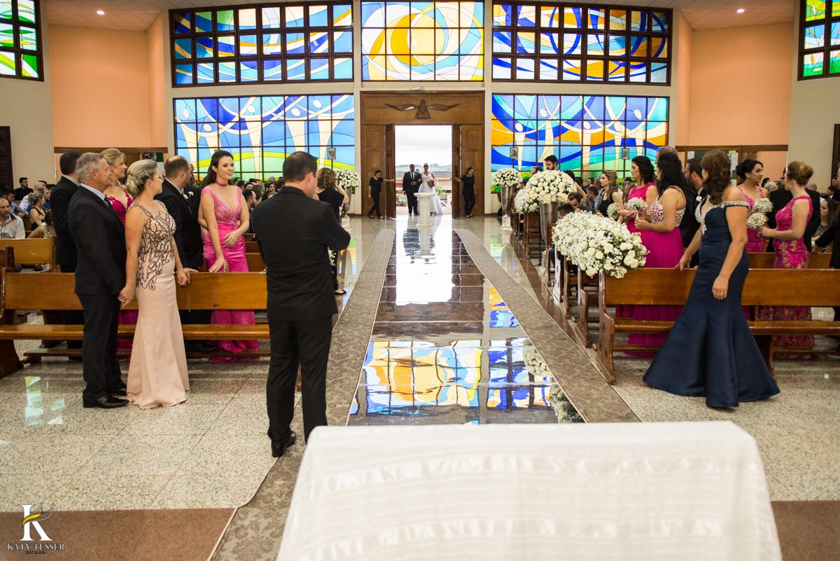 Casamento de vanuelli e Jean aconteceu em quedas do Iguaçu, paraná registrado pela fotógrafo Katy Tesser, a cerimonia aconteceu na igreja matriz, e teve a entrada da noiva feliz