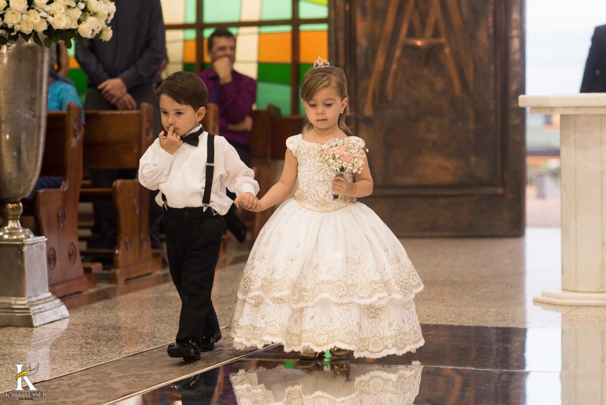 Casamento de vanuelli e Jean aconteceu em quedas do Iguaçu, paraná registrado pela fotógrafo Katy Tesser, a cerimonia aconteceu na igreja matriz, com a entrada das alianças