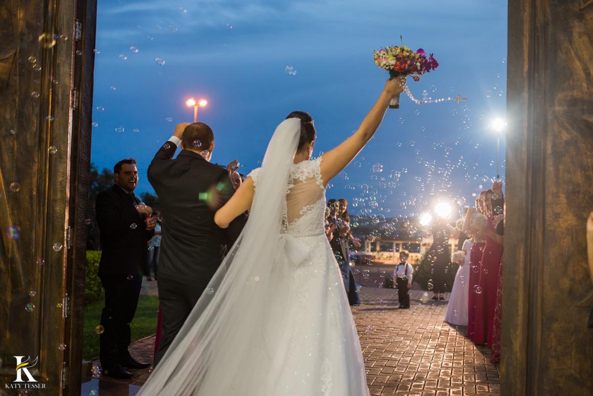 Casamento de vanuelli e Jean aconteceu em quedas do Iguaçu, paraná registrado pela fotógrafo Katy Tesser, a cerimonia aconteceu na igreja matriz, com a saida dos noivos  e bola de sabão