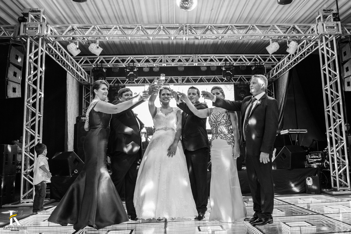 Casamento de vanuelli e Jean aconteceu em quedas do Iguaçu, paraná registrado pela fotógrafo Katy Tesser, os noivos fizeram o brinde com pais e padrinhos