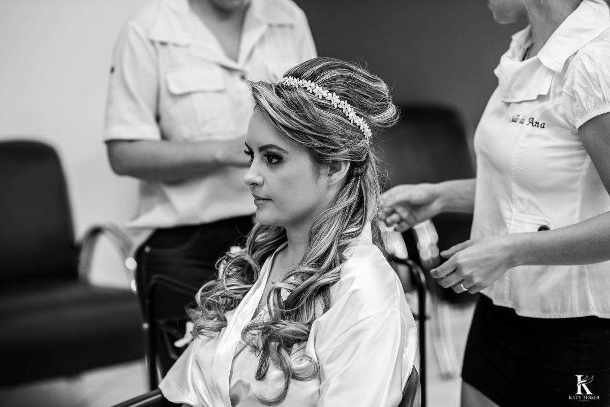 making of da noiva em quedas do iguaçu, noiva arrumando cabelo e maquiagem fotografo katy tesser
