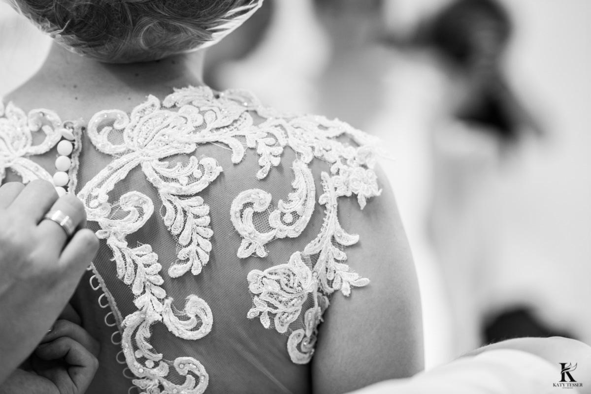 making of da noiva em quedas do iguaçu noiva usando o ventido branco com detalhes fotografo katy tesser