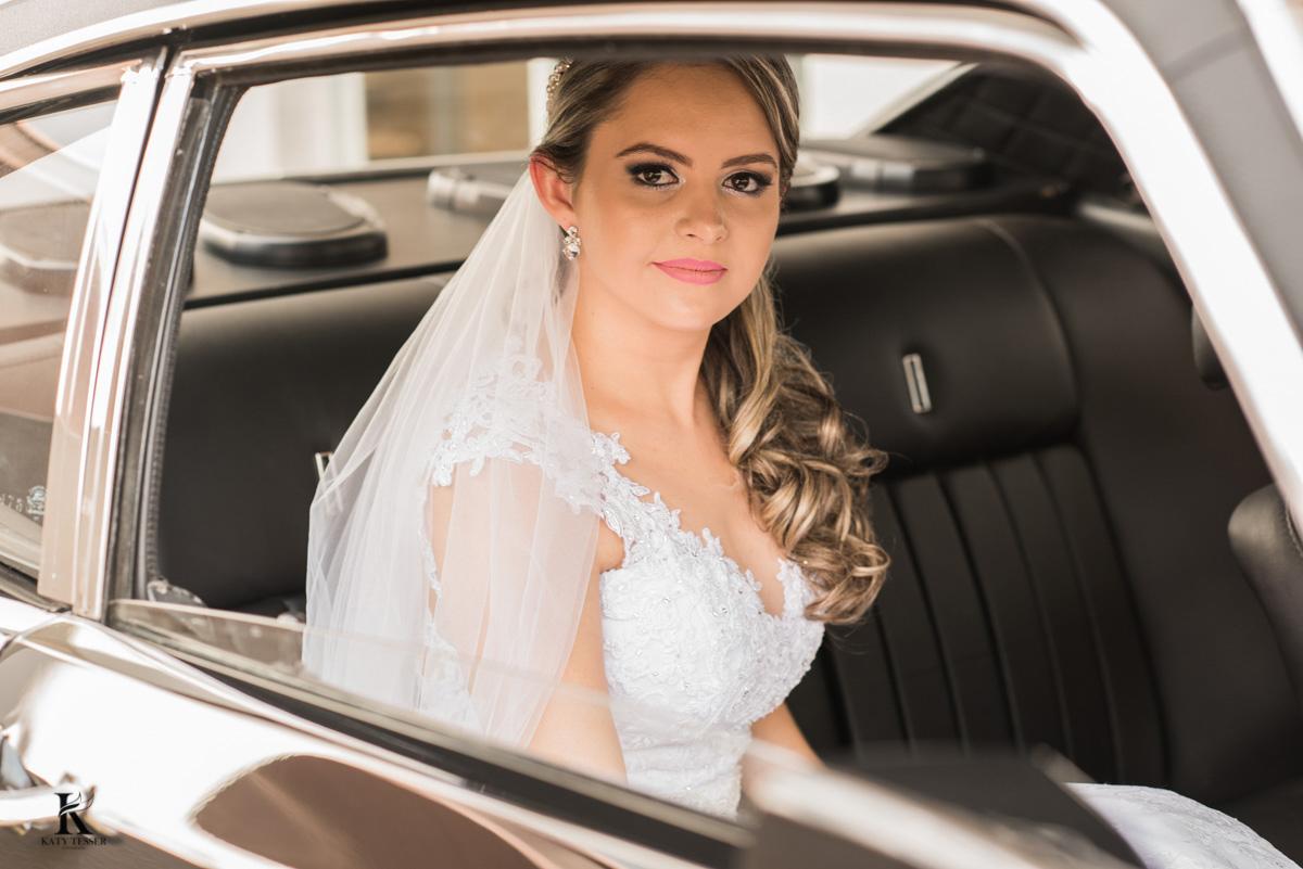 sessão de fotos da noiva antes da cerimonia no carro fotografo katy tesser