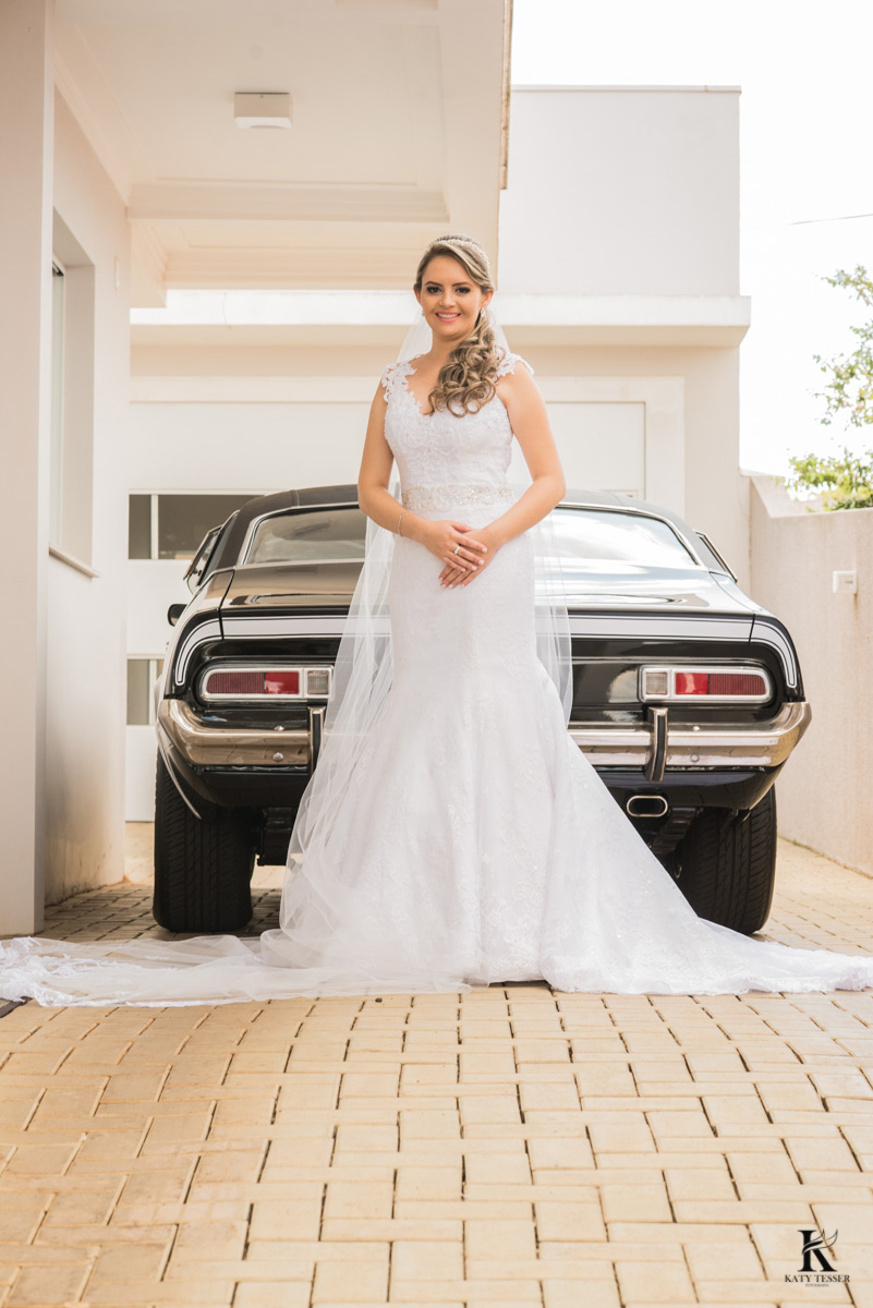sessão de fotos da noiva pronta com vestido branco no carro que vai levar para a cerimonia katy tesser fotografo