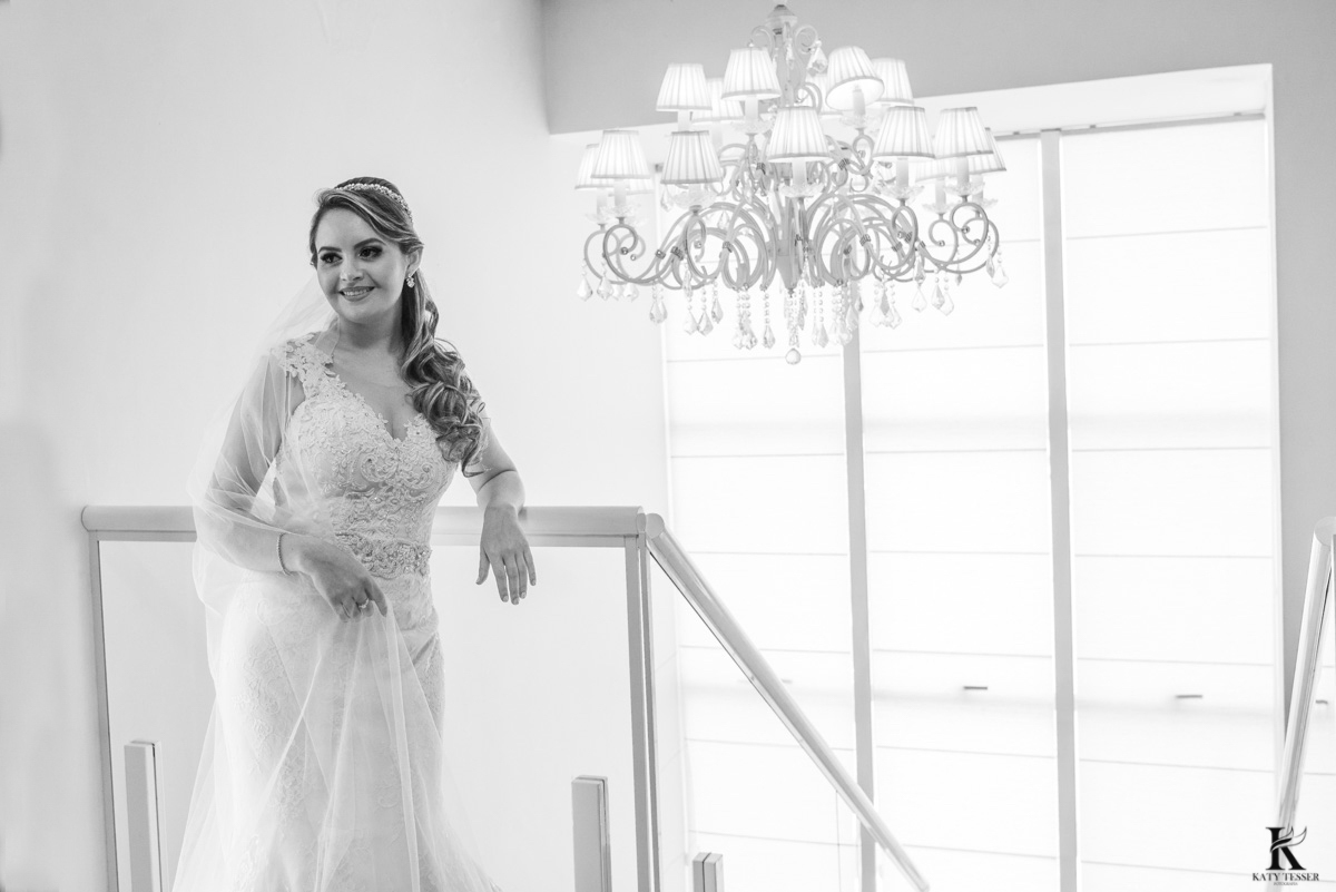 sessão de fotos da noiva pronta com seu vestido e buquet antes da cerimonia em quedas do iguaçu fotografo katy tesser