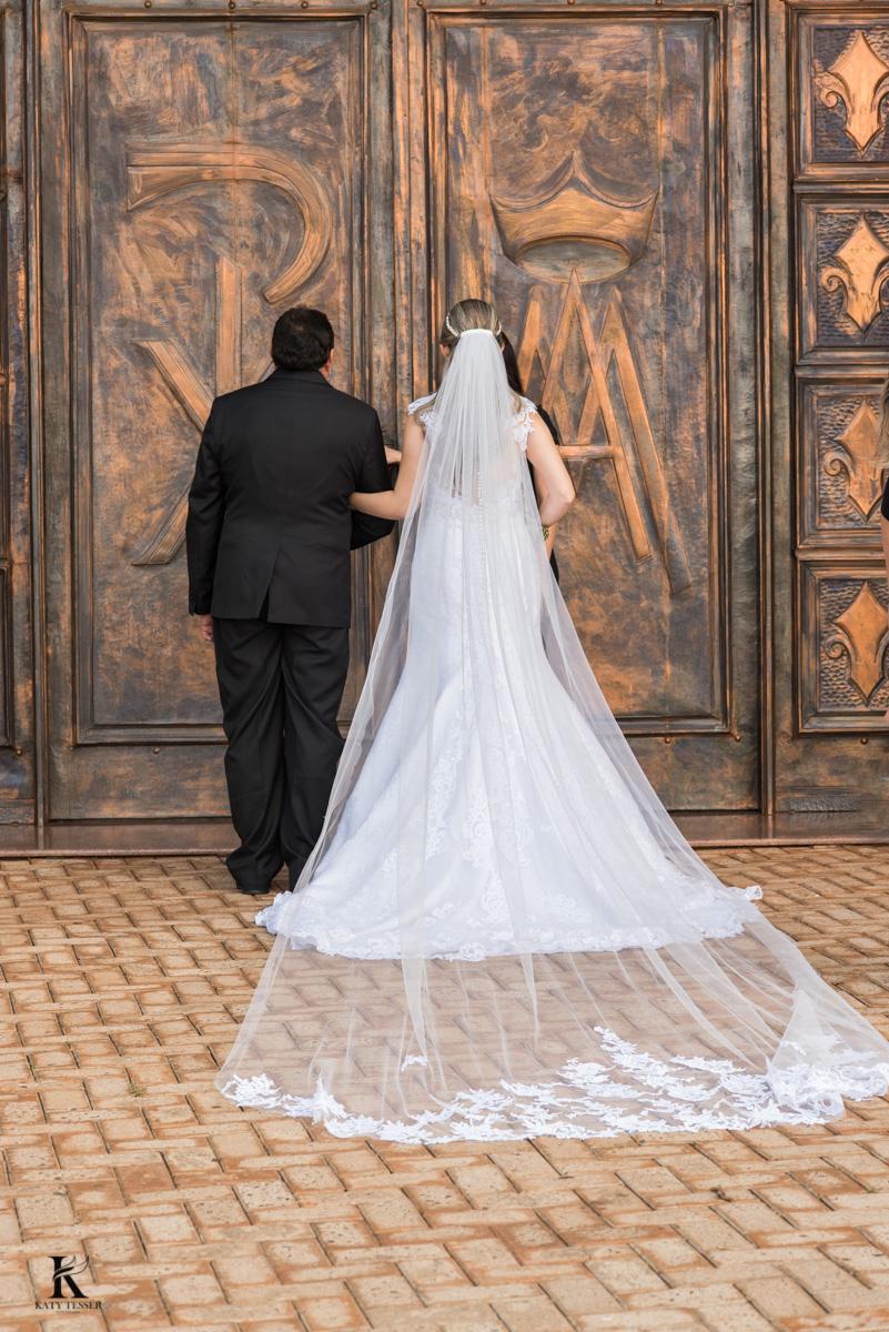 entrada da noiva casamento quedas do iguaçu noiva com vestido branco e buquet junto com o pais e o noivo ansioso aguardando na igreja fotografo katy tesser