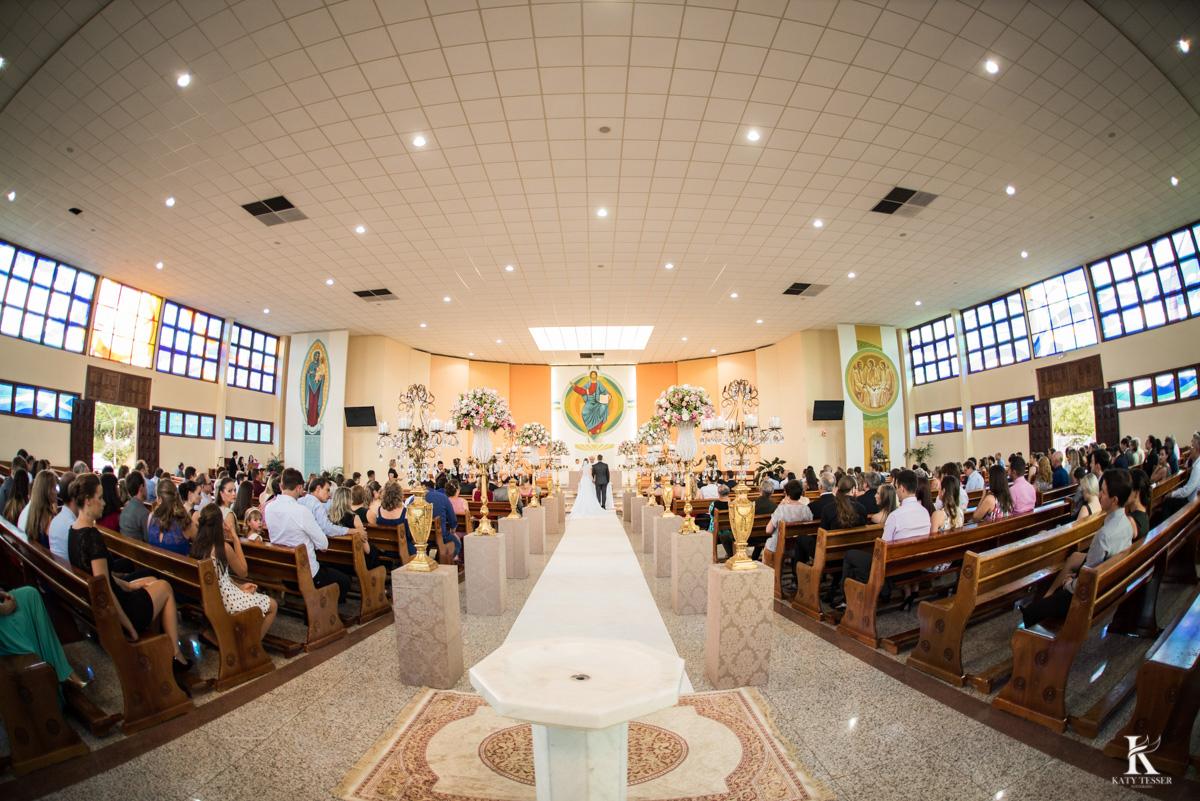 cerimonia de casamento em quedas do iguaçu, noivo de terno e noiva com vestido branco e buquet na igreja matriz fotografo katy tesser