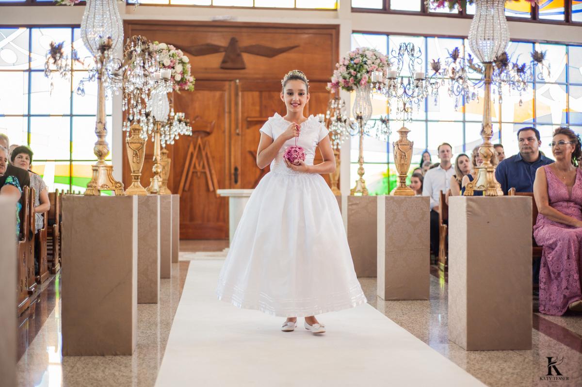 cerimonia de casamento em quedas do iguaçu, noivo de terno e noiva com vestido branco e buquet na igreja matriz com entrada das alianças  fotografo katy tesser