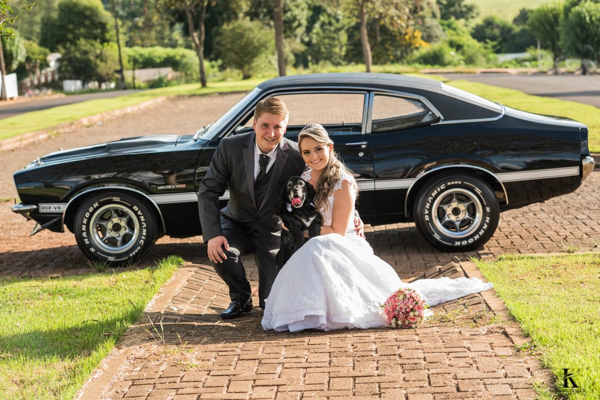 casamento tiago e analice em quedas do iguaçu sessão de fotos dos noivos depois da cerimonia com o cachorro e o carro que levou a noiva fotografo katy tesser