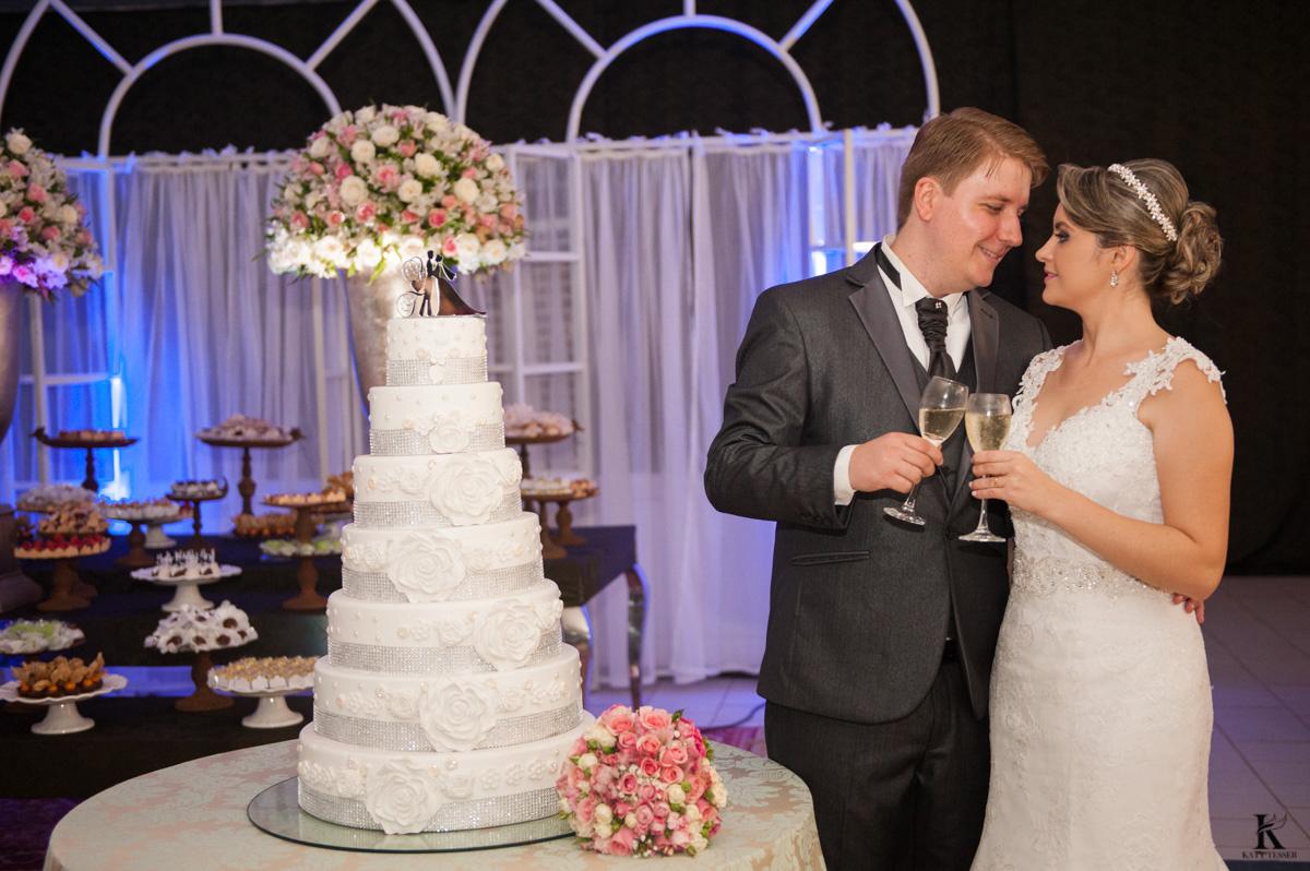 festa de casamento em quedas do iguacu de tiago e analice, os noivos felizes com fotos in door brinde de valsa e a noiva jogou o buquet fotografo katy tesser