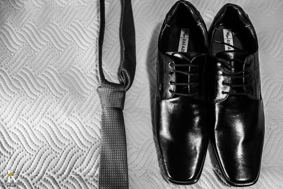 making of do noivo com os sapatos e gravata fotografada pela fotogrfo katy tesser