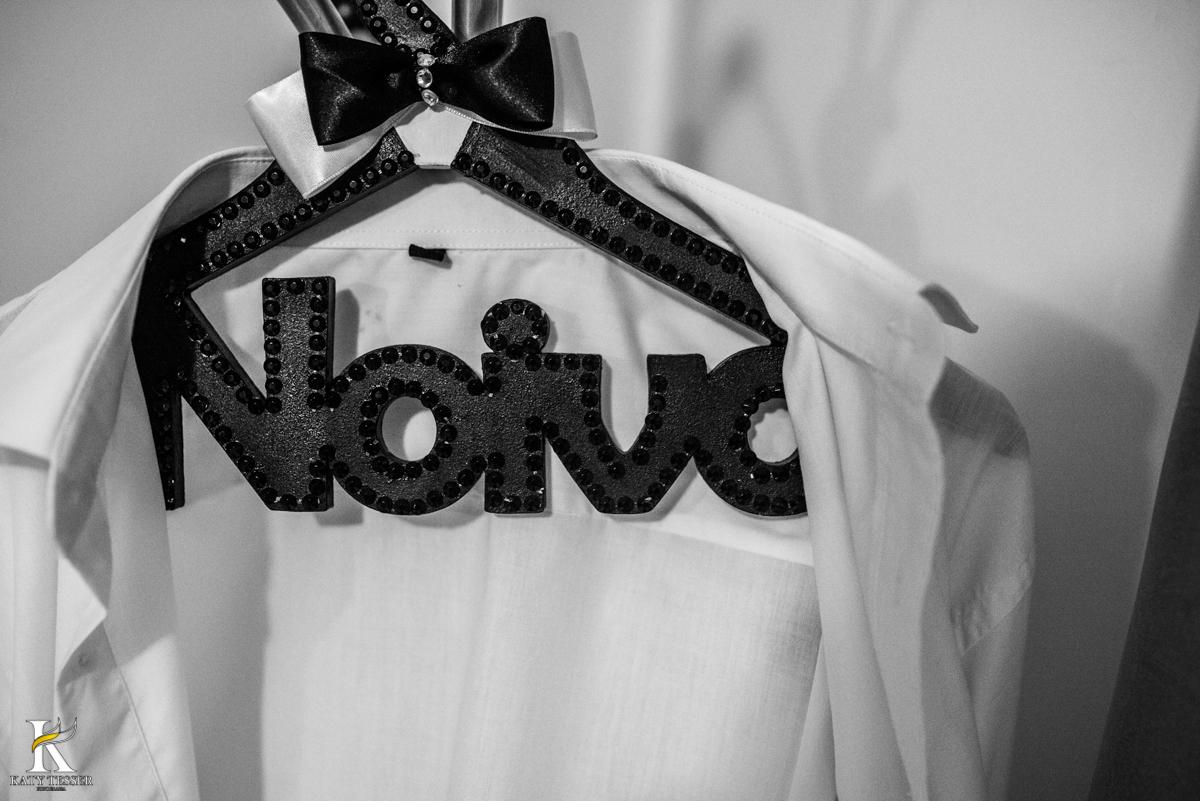 cabide personalizado com a palavra noivo, gravata borboleta no making of do noivo fotografo katy tesser