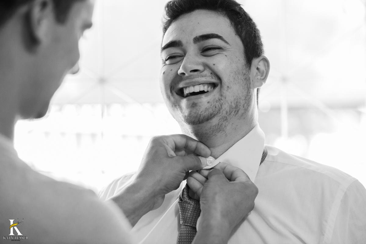 making of do noivo com o pais vestindo a camisa e abotoando e fotografo katy tesser