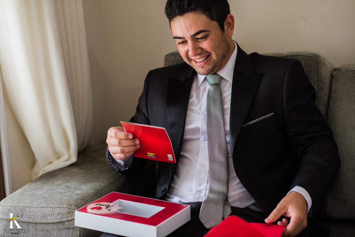 making of do noivo, ele recebeu um presente da noiva com um bilhete de amor fotografo katy tesser
