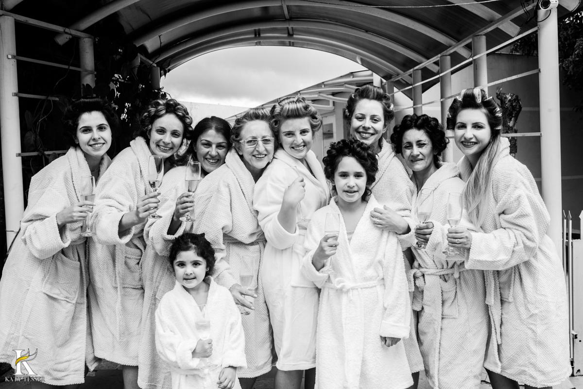 making of da noiva em casa, fotos com as madrinhas de roupão brindando fotografo katy tesser