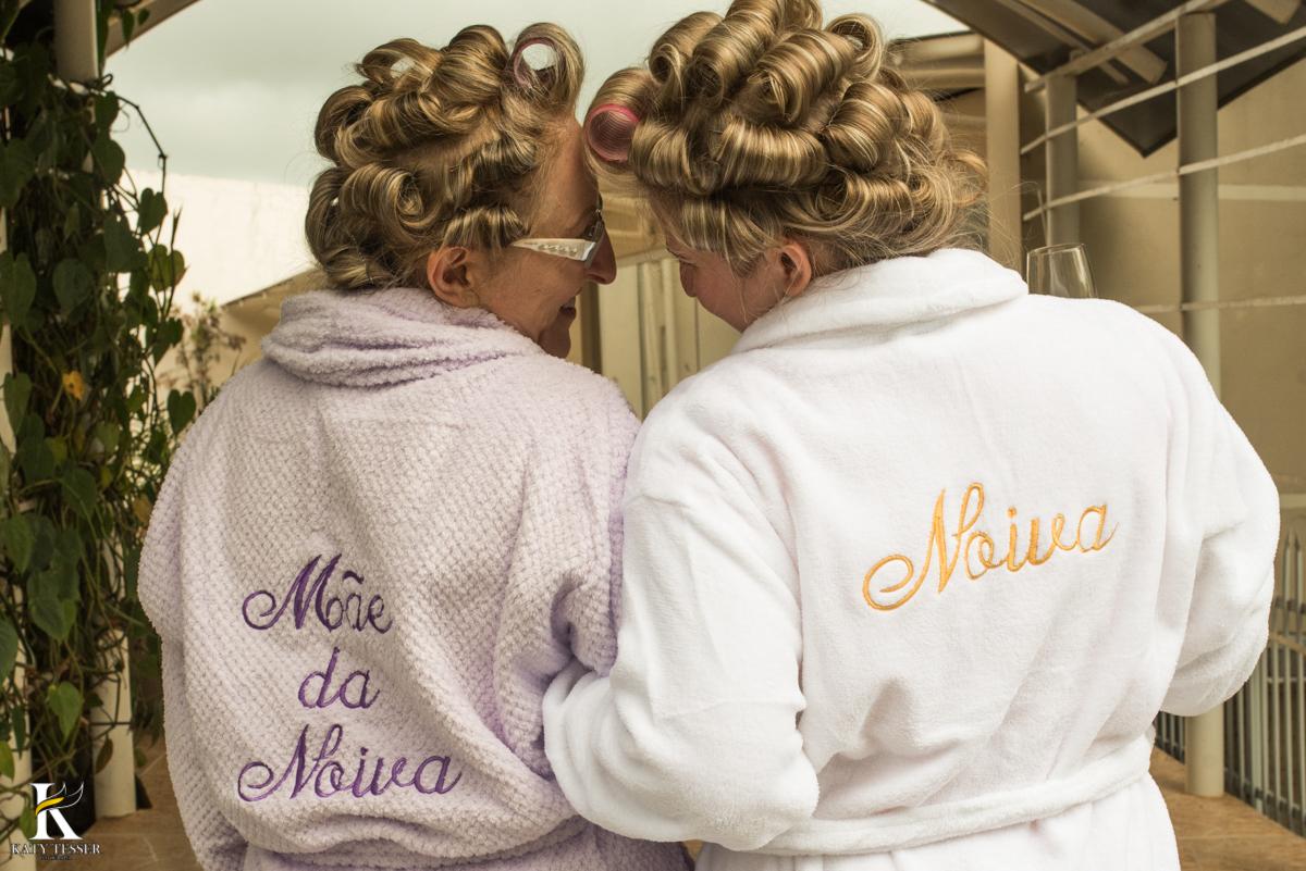 making of da noiva em casa junto com a mãe usando roupão bordado fotografo katy tesser