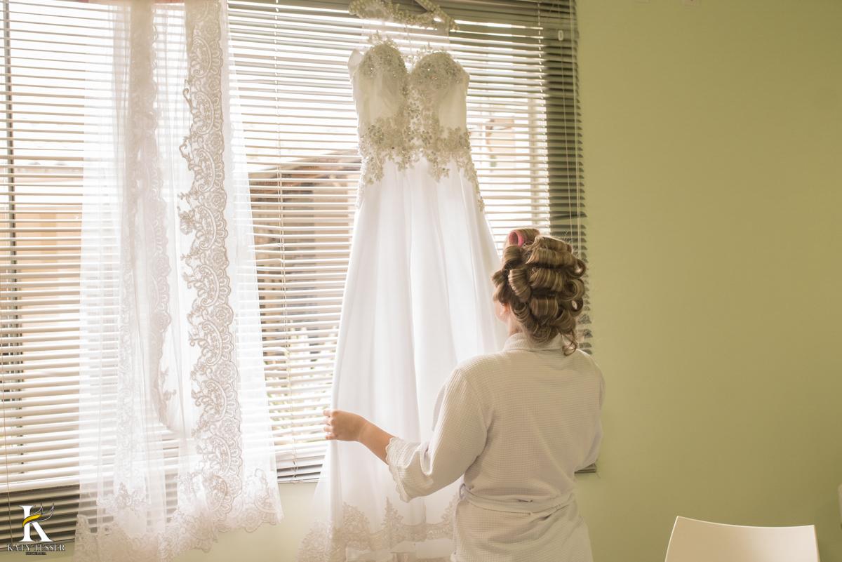making of da noiva em casa com o vestido do casamento, a noiva usando roupão bordado fotografo katy tesser