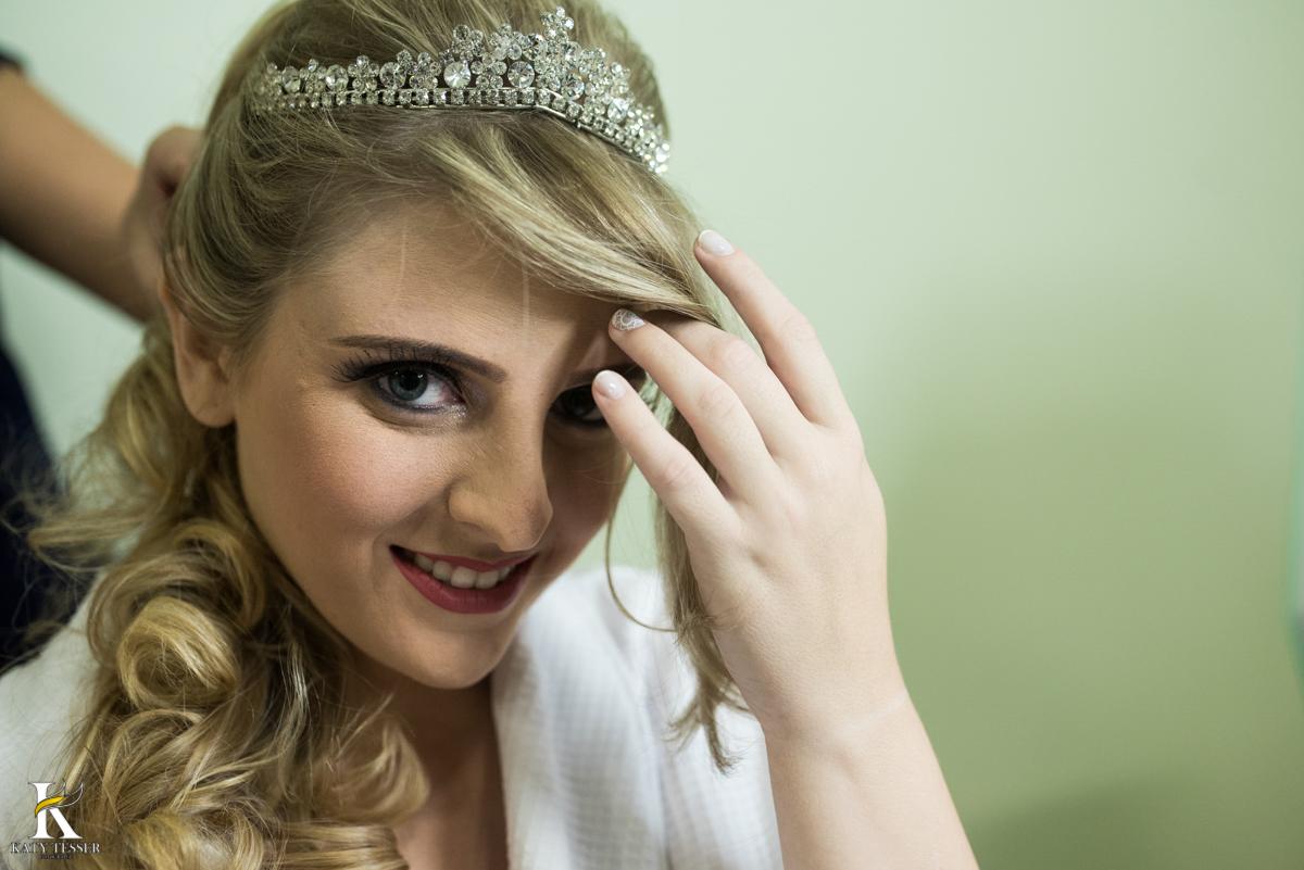 making 0f da noiva em casa usando roupão bordado coroa maquiagem fotografo katy tesser