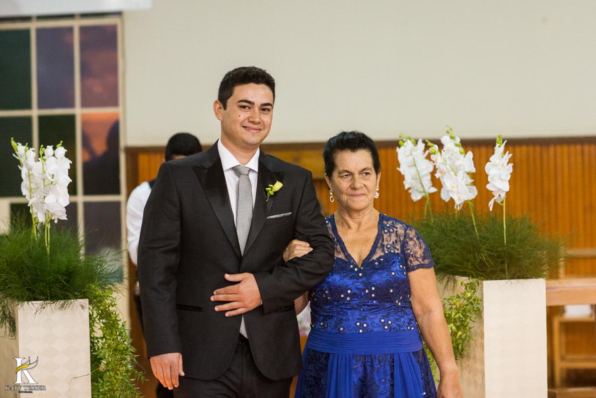 cerimonia de casamento heloisa e isaias em coronel vivida o noivo entrando com a mãe fotografo katy tesser