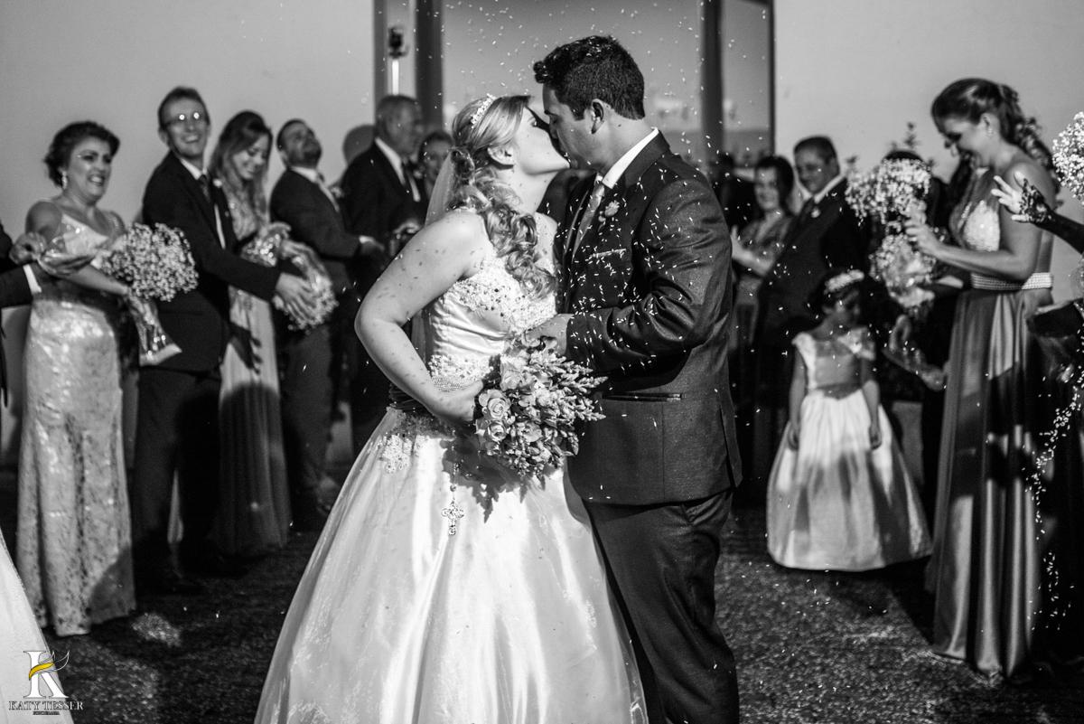 cerimonia de casamento isaias e heloisa com a saida dos noivos com chuva de arroz e o beijo do casal fotografo katy tesser