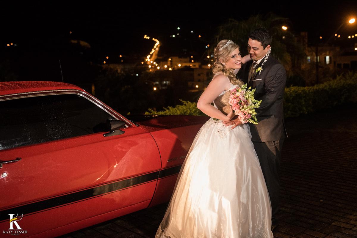 sessão de fotos dos noivos depois da cerimonia de isaias e heloisa em coronel vivida parana com o carro dos noivos fotografo katy tesser