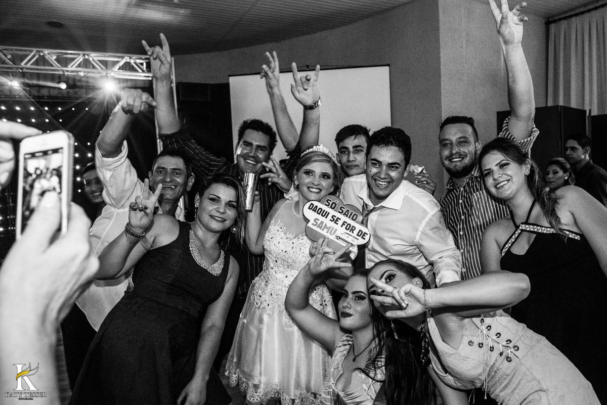 festa de casamento heloisa e isaias coronel vivida parana com DJ e amigos fazendo festa com as plaquinhas e dançando no palco fotografo katy tesser