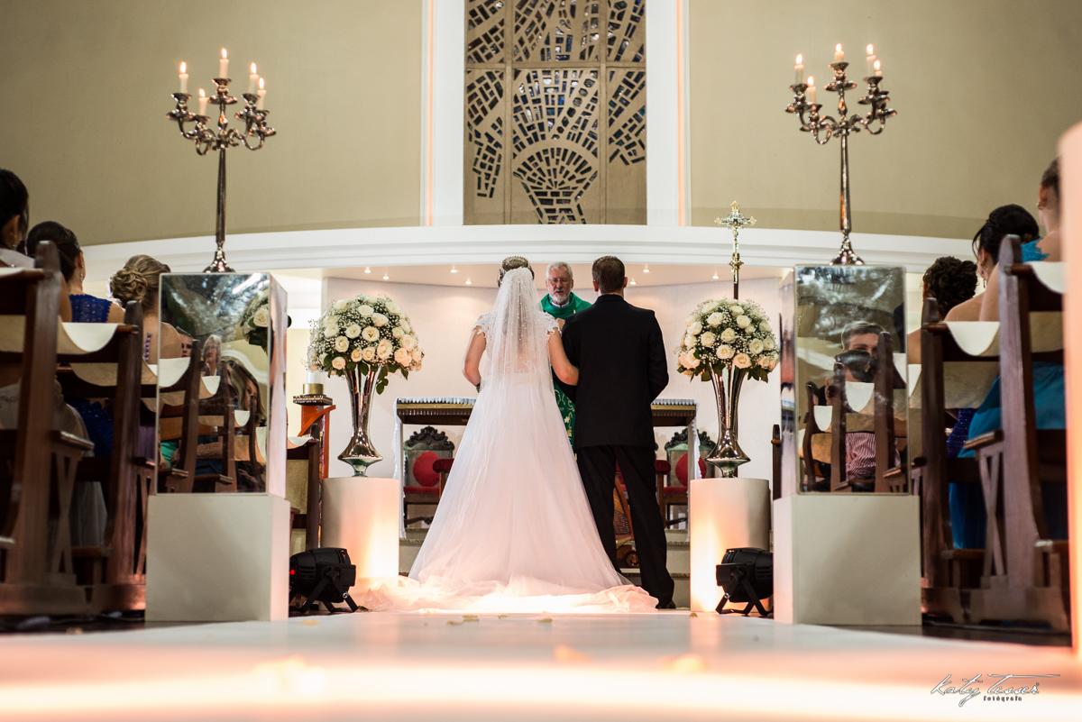 entrada da noiva, noiva com o pai, pai da noiva, noiva feliz, noiva ansiosa, bouquet, bouquet de noiva, bouquet da noiva, bouquet de flores, véu de noiva, katy tesser,katy tesser fotografa,katy tesser fotografia,katy tesser fotografo de casamento,katy tes