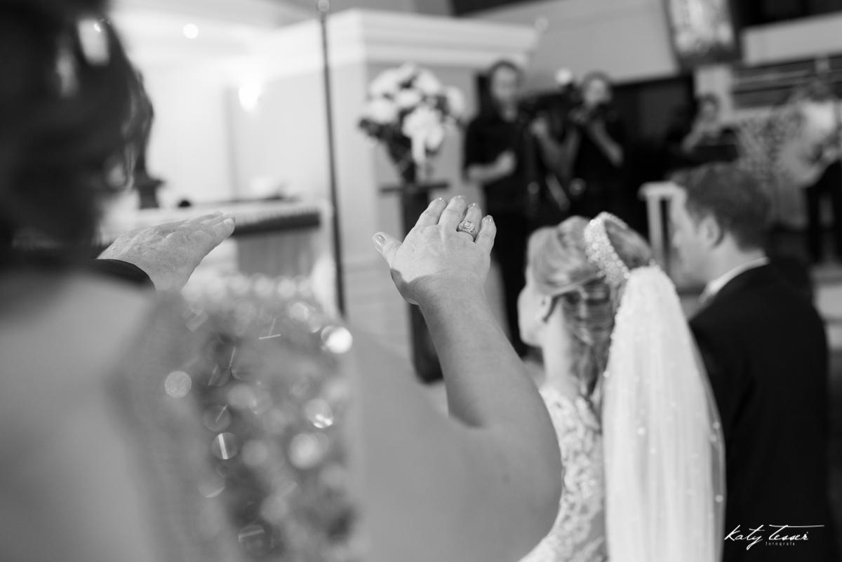 benção dos noivos, bençãos dos pais, casamento de caroline e fabiano, véu de noiva,katy tesser,katy tesser fotografa,katy tesser fotografia,katy tesser fotografo de casamento,katy tesser fotografa de casamento,casamento de dia,wedding,casamento de dia,pre