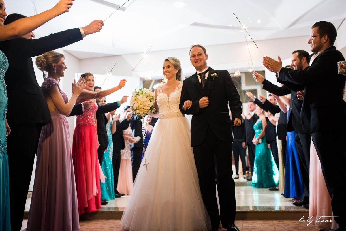 saida dos noivos,  padrinhos, fogos de artificio, vestido de noiva, bouquet de noiva, traje do noivo, paleto do noivo, casamento de caroline e fabiano, caroline e fabiano, katy tesser,katy tesser fotografa,katy tesser fotografia,katy tesser fotografo de c