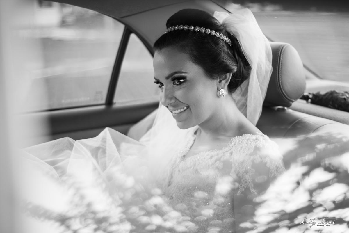 noiva esperando, noiva no carro, veu de noiva, vestido de noiva, casamento claudia e marcio, casamento quedas do iguaçu, katy tesser,katy tesser fotografa,katy tesser fotografia,katy tesser fotografo de casamento,katy tesser fotografa de casamento,casamen