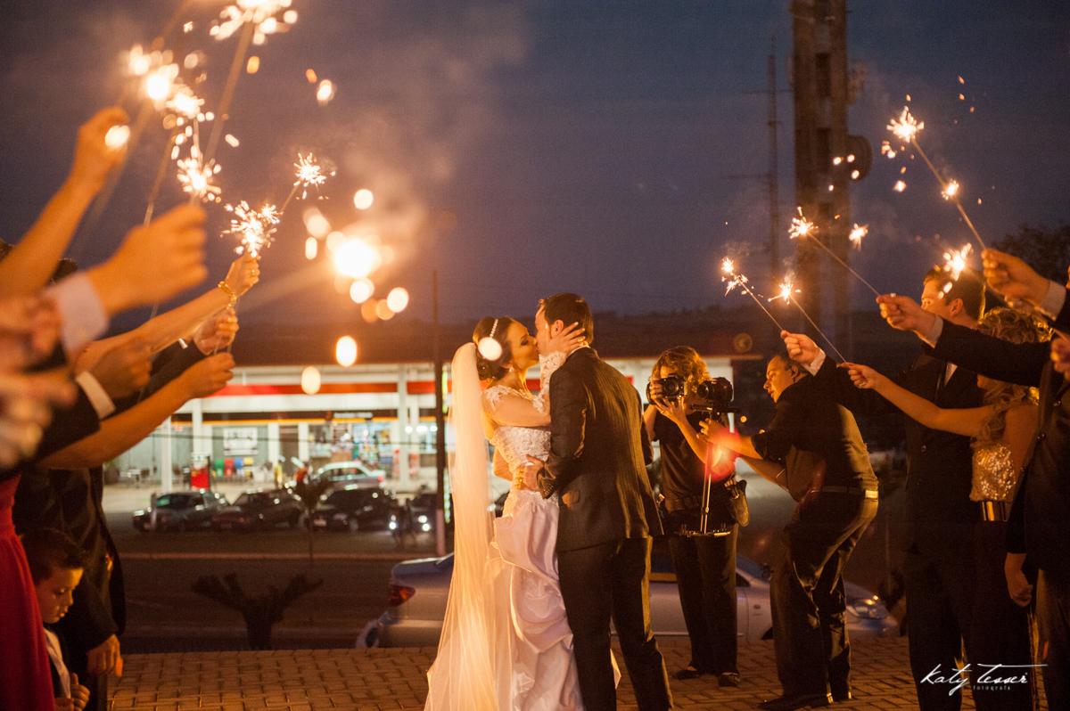 saida dos noivs, fotos de artificio, fogos in door, bouquet de noiva, bouquet, vestido de noiva, casamento claudia e marcio, casamento quedas do iguaçu, katy tesser,katy tesser fotografa,katy tesser fotografia,katy tesser fotografo de casamento,katy tesse