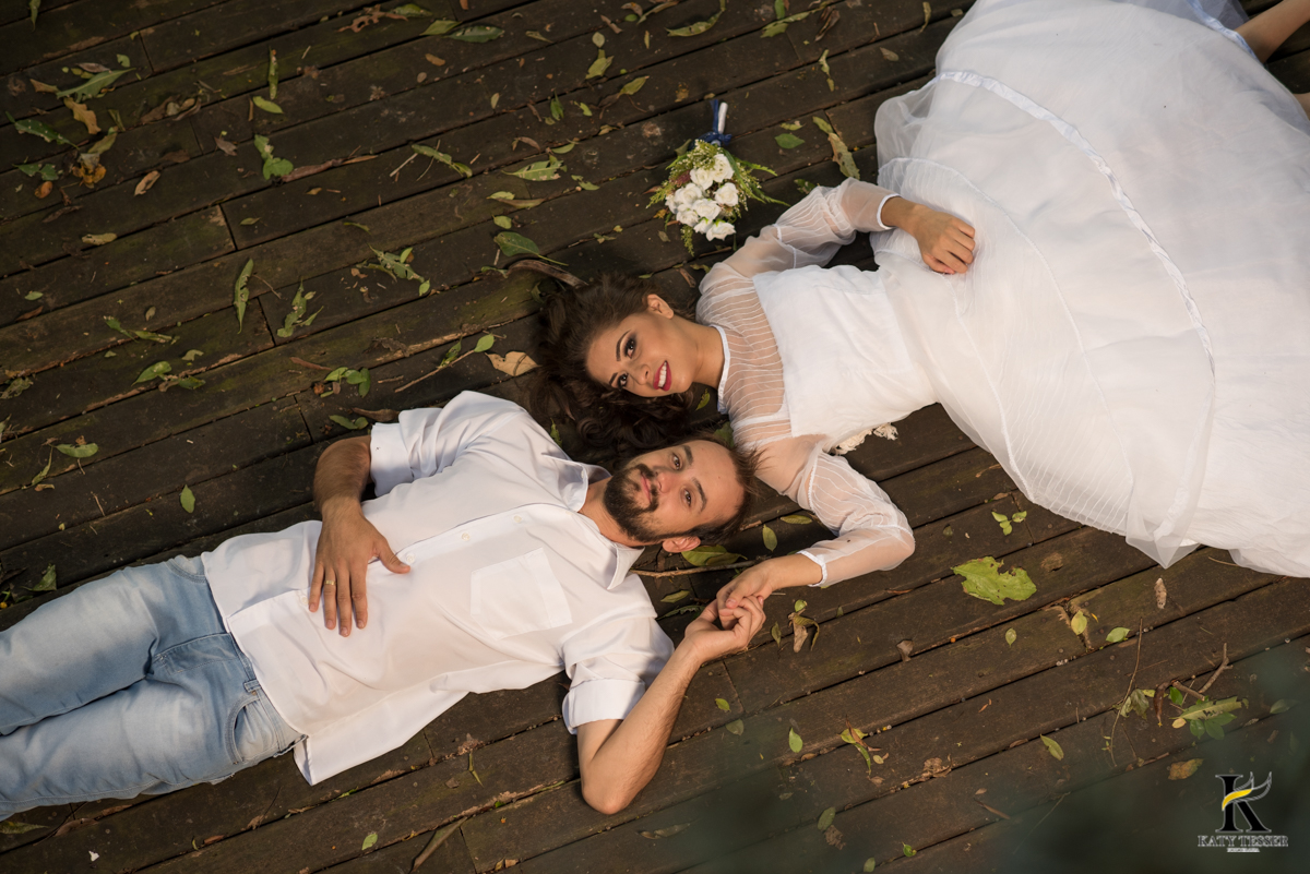 book,sessão,pre casamento,fotos,externas,casal,fotografo,fotos,criativas,noiva,noivo,aliança,flores,vestido de noiva