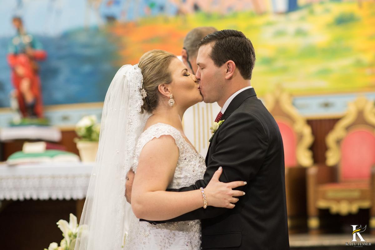 casamento, entrada da noiva, vestido de noiva, igreja, decoração de casamento, pai da noiva, bouquet de noiva, katy tesser, fotografo de casamento, noivo, aliança de casamento, beijo